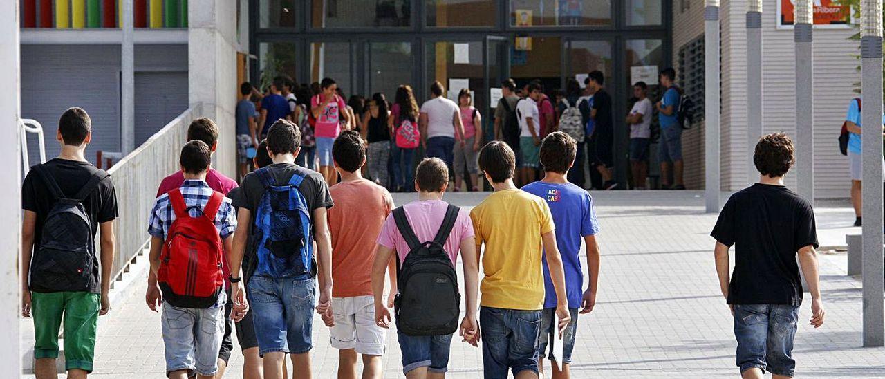 Un grupo de estudiantes en la entrada el instituto Arabista Ribera en una imagen de archivo.