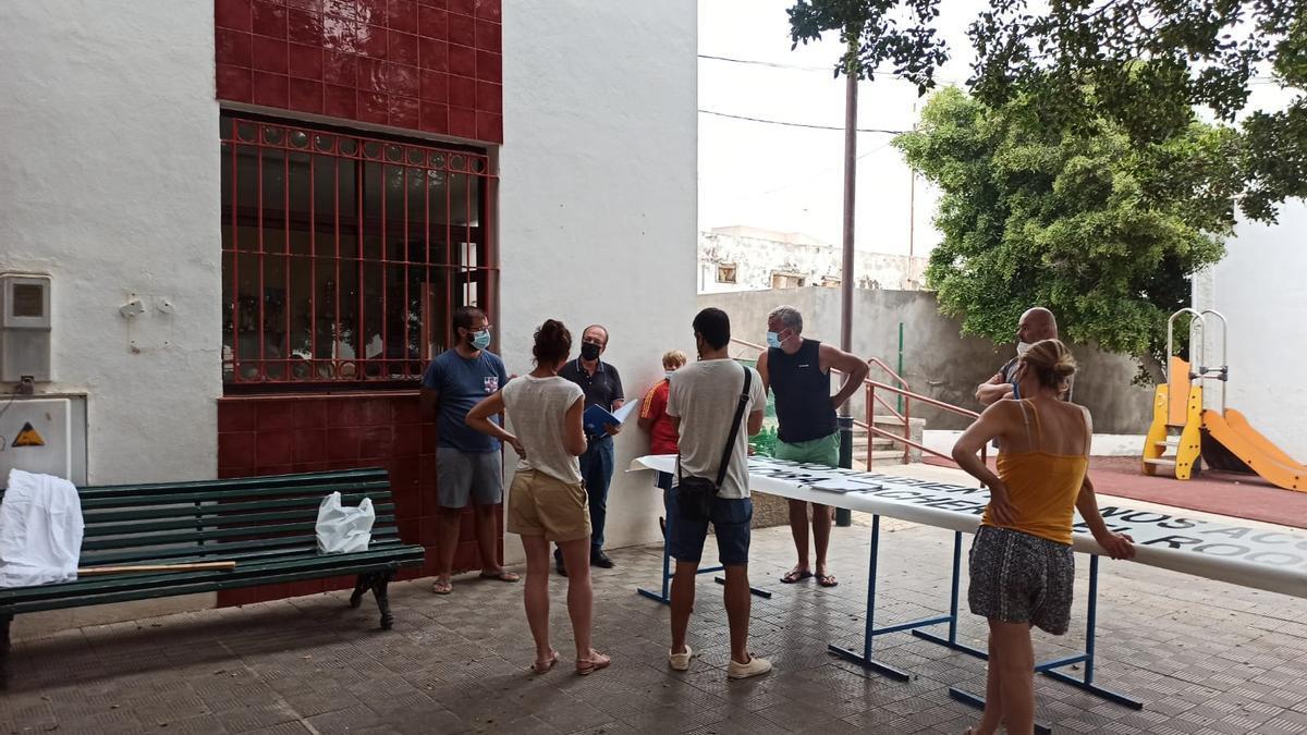 Vecinos de Anaga preparan las pancartas para la protesta del próximo sábado.