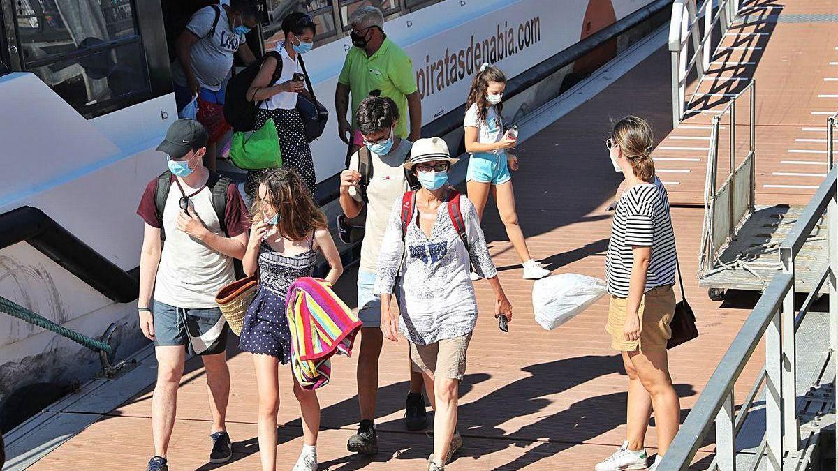 Desembarco en A Laxe de pasajeros procedentes de Cíes, ayer por la tarde.