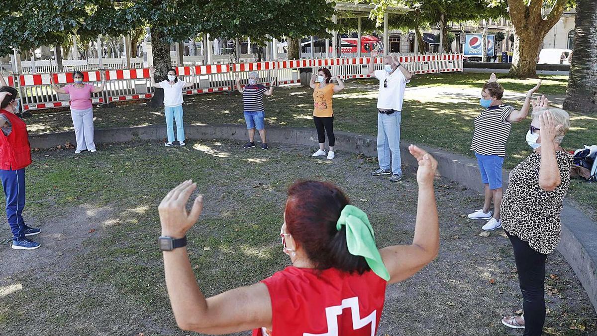 Taller de gimnasia para mayores de Cruz Roja en los jardines de Montero Ríos. |   // PABLO HERNÁNDEZ