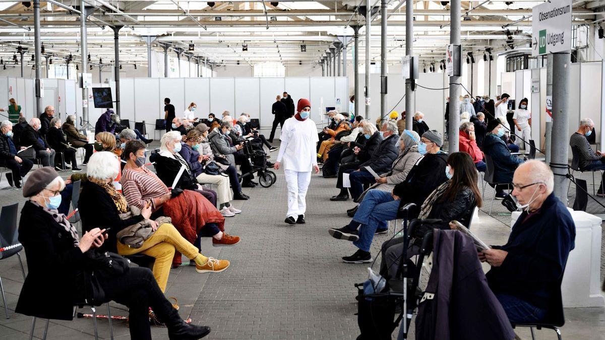 Daneses recién vacunados esperan en una sala en Copenhague