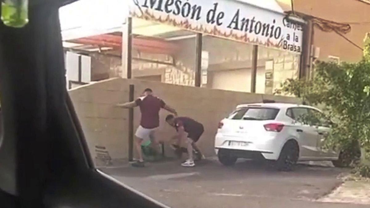 Fotograma del vídeo en el que se observa a los agresores y la víctima.
