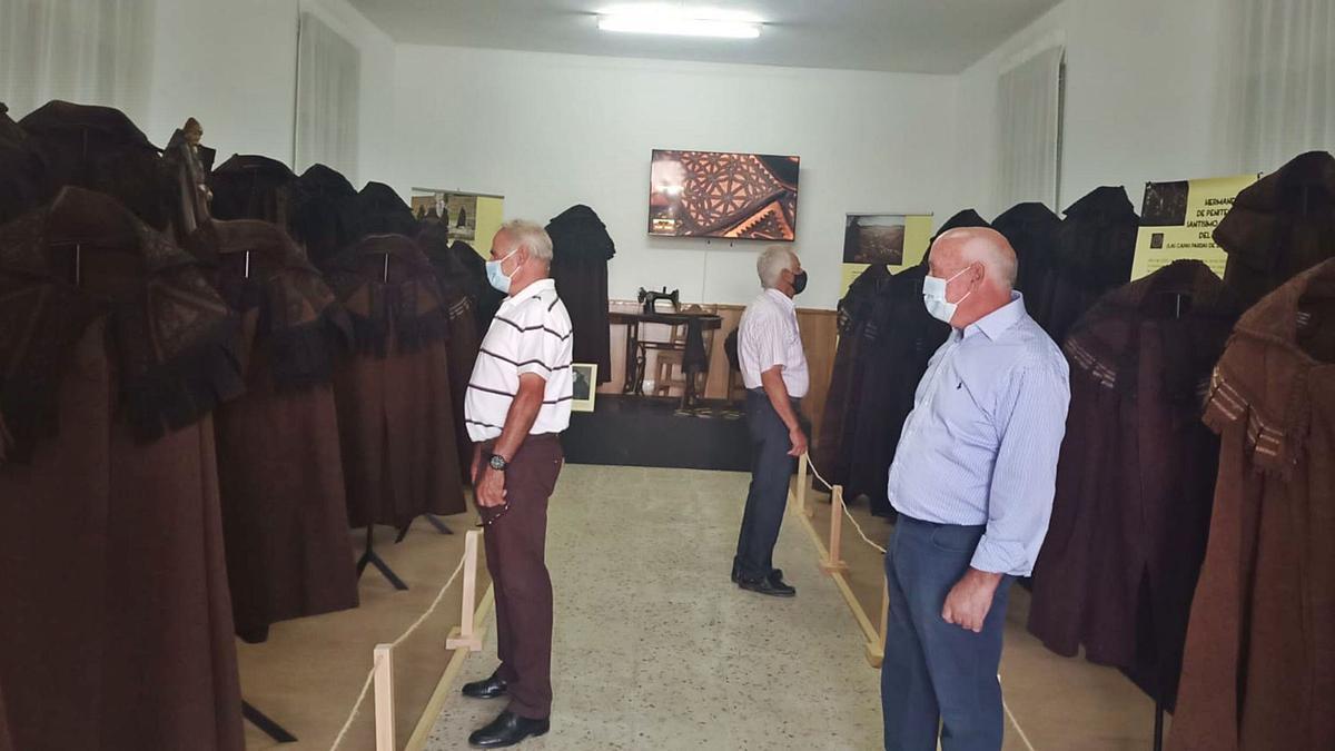 Tres visitantes disfrutan de la exposición sobre la capa parda alistana en Bercianos de Aliste.      CH. S.