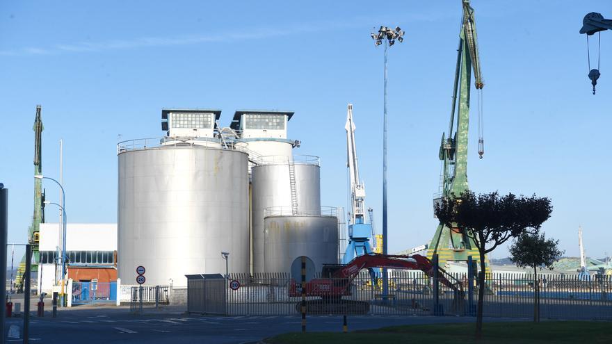 Continúa el derribo de silos en el puerto