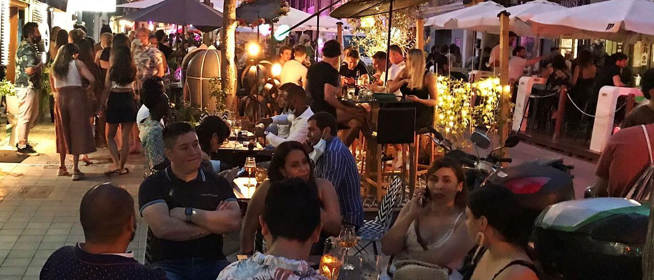 La calle Sant Magí, en el barrio palmesano de Santa Catalina, repleta de gente ayer por la noche.   RAÚL SANZ