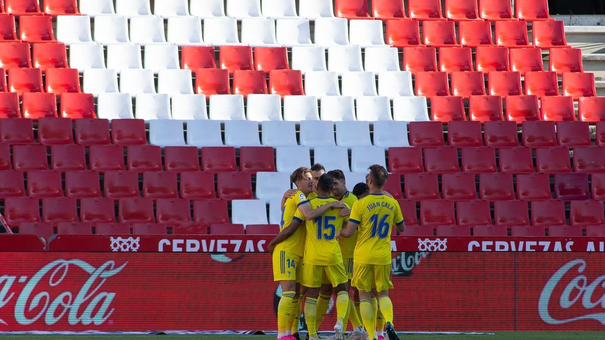 Los jugadores del Cádiz celebran el gol de Sobrino