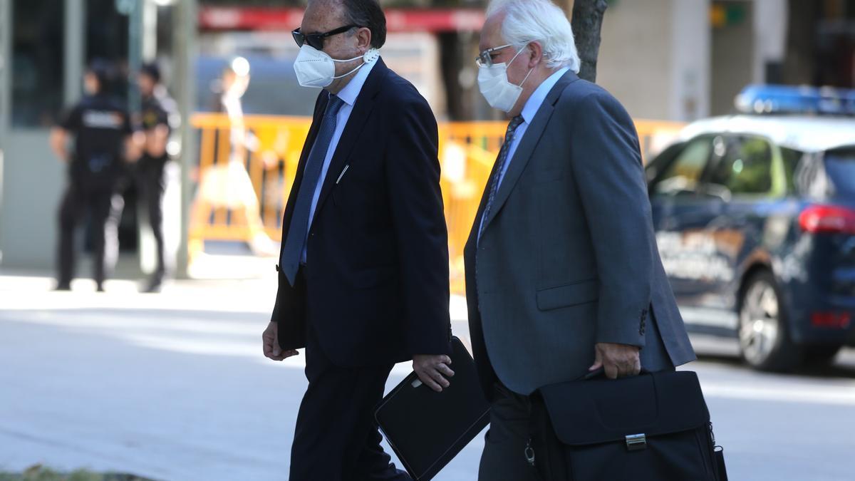 El exjefe de la UDEF José Luis Olivera se dirige a la Audiencia Nacional acompañado de su abogado.