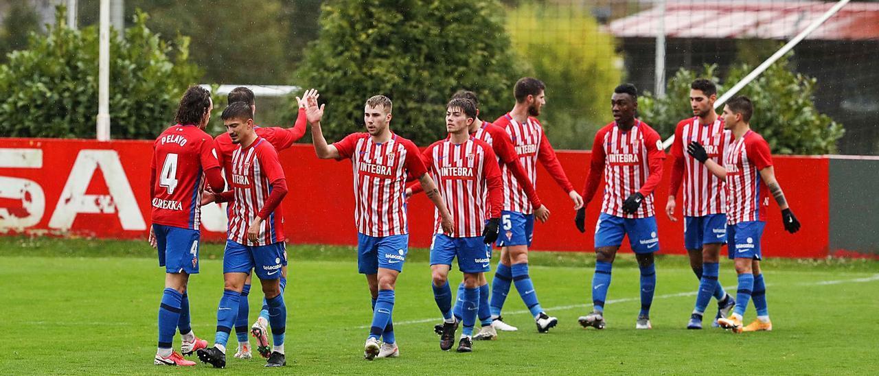 Los jugadores del Sporting B celebran un tanto durante un partido del pasado curso. | Juan Plaza