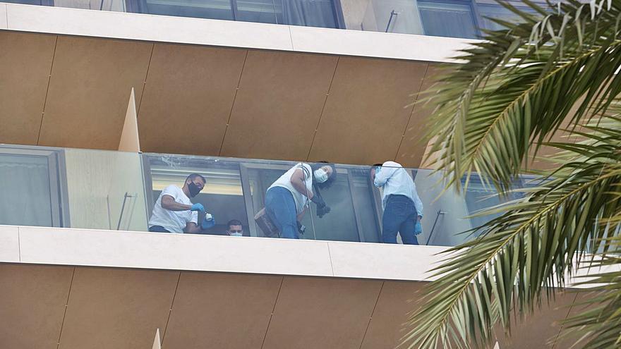 Amigos de la joven que cayó al vacío desde un hotel de Ibiza apuntan a un crimen machista