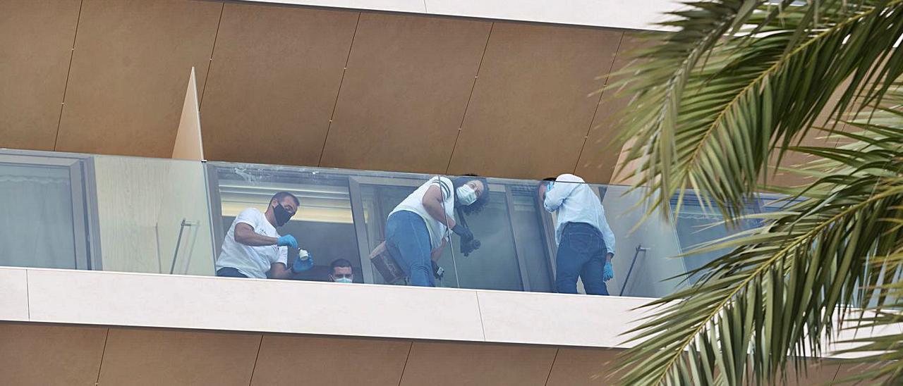 Policías buscan pruebas en la habitación el mismo día en que sucedieron los hechos.