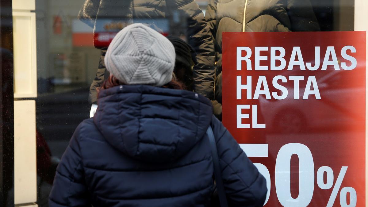 Una mujer observa el escaparate de una tienda en el centro de Madrid.