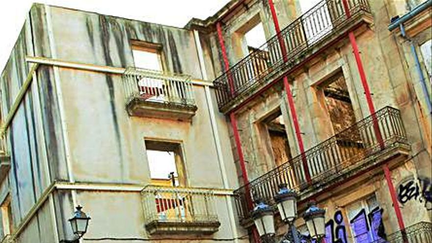 El BNG denuncia el estado de abandono del edificio de la Diputación en el Casco Viejo
