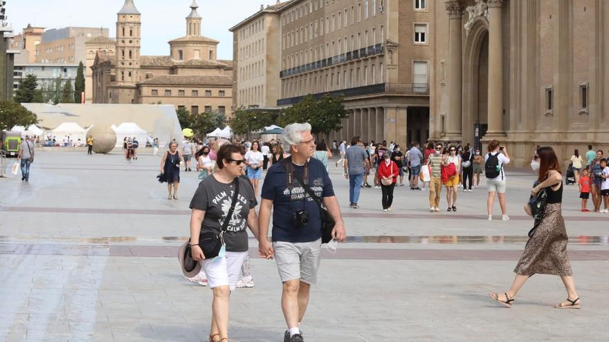 El fin de la mascarilla al aire libre llega a Aragón con más temor que dudas