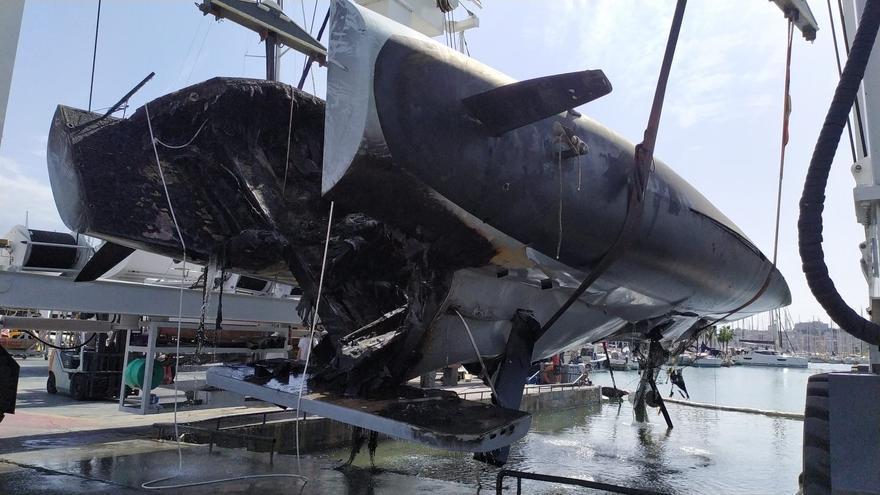 Reflotan el catamarán que se incendió en el puerto de Palma