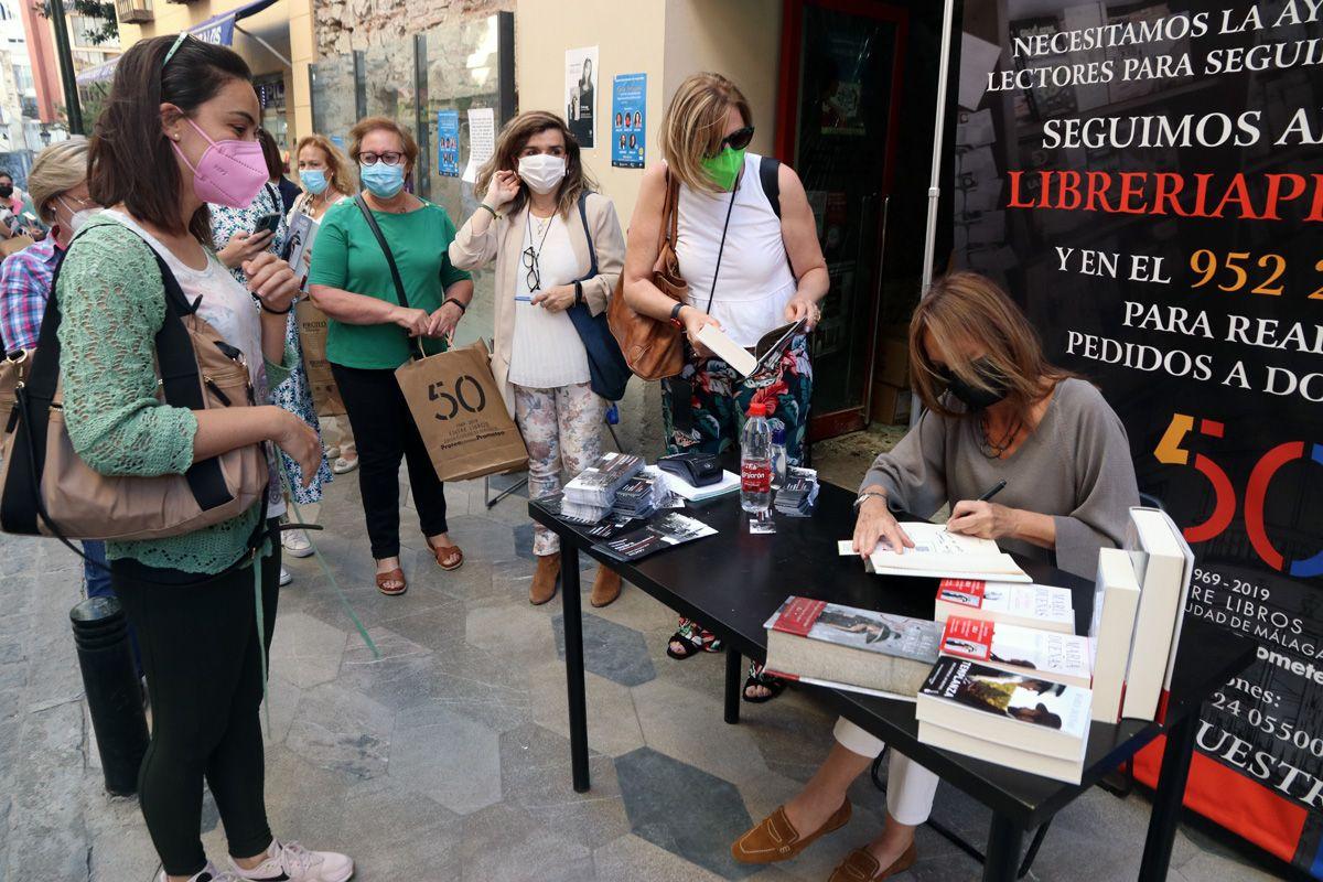 María Dueñas acude a Proteo para apoyar la librería