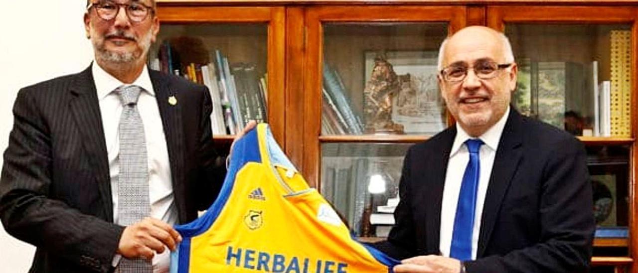 Enrique Moreno –izquierda–, junto al presidente del Cabildo de Gran Canaria, Antonio Morales, en una imagen de archivo.