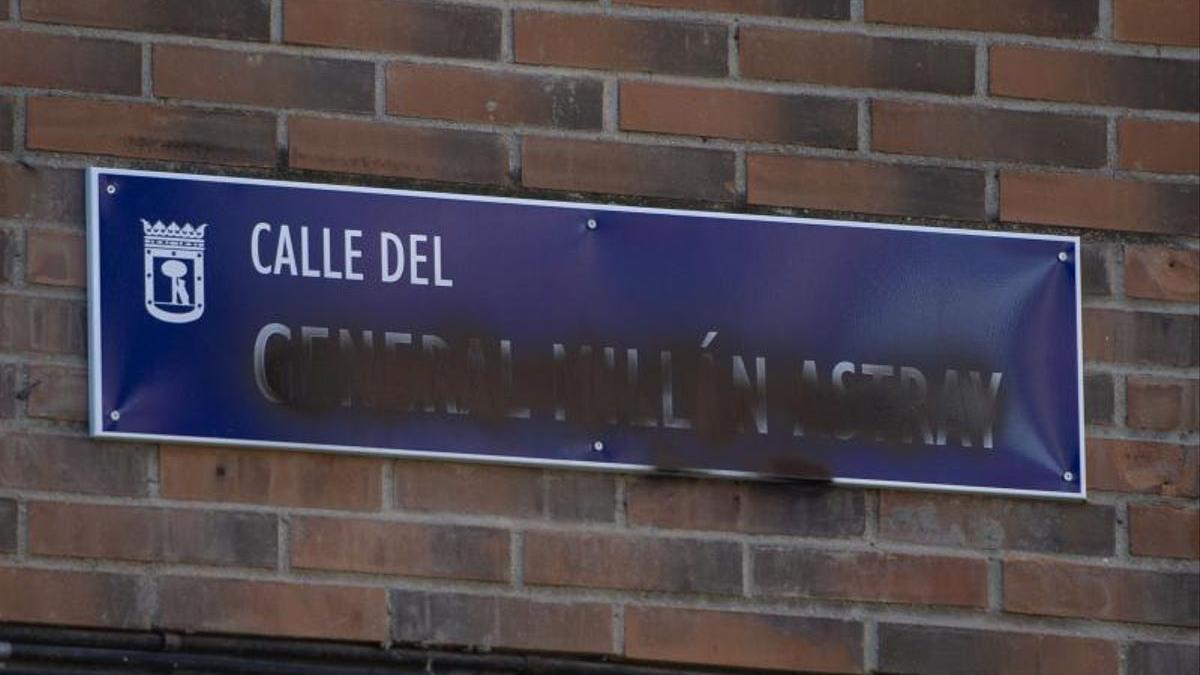Una de las placas vandalizadas.