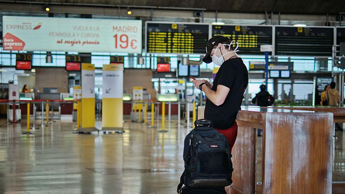 Un pasajero espera para embarcar en el aeropuerto Tenerife Norte.