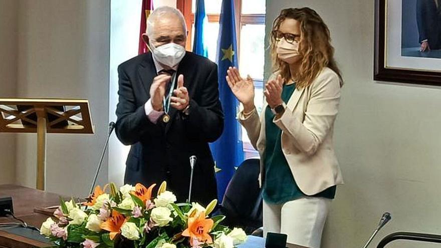 Candamo homenajea a Javier Fernández Conde, nuevo hijo adoptivo del municipio