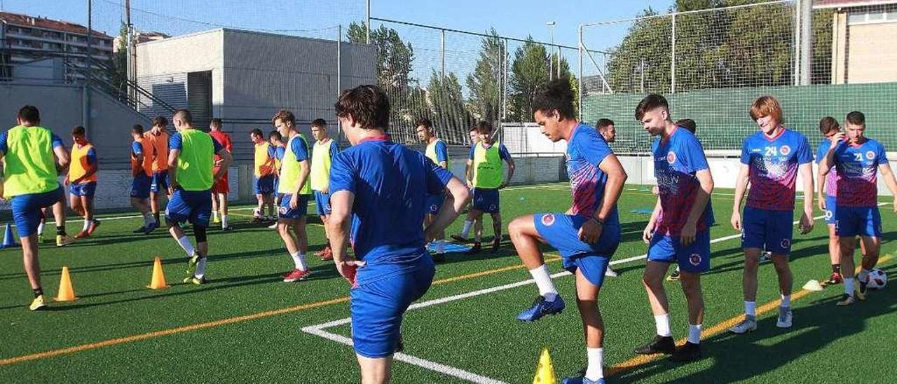 Los jugadores de la UD Ourense, entrenándose para enfrentarse a los partidos de pretemporada. // Iñaki Osorio