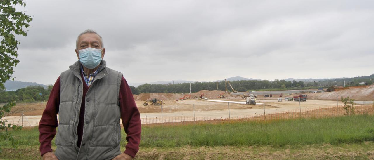 José Granda, ayer, con la obra de Amazon en Bobes (Siero) a su espalda.