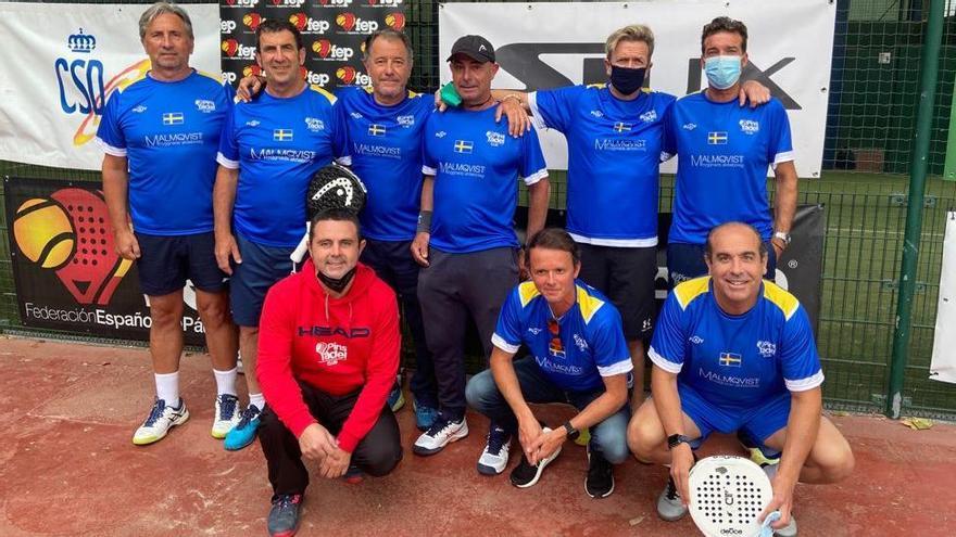Equipo de veteranos del Pins Pádel, que ha ascendido a Primera categoría
