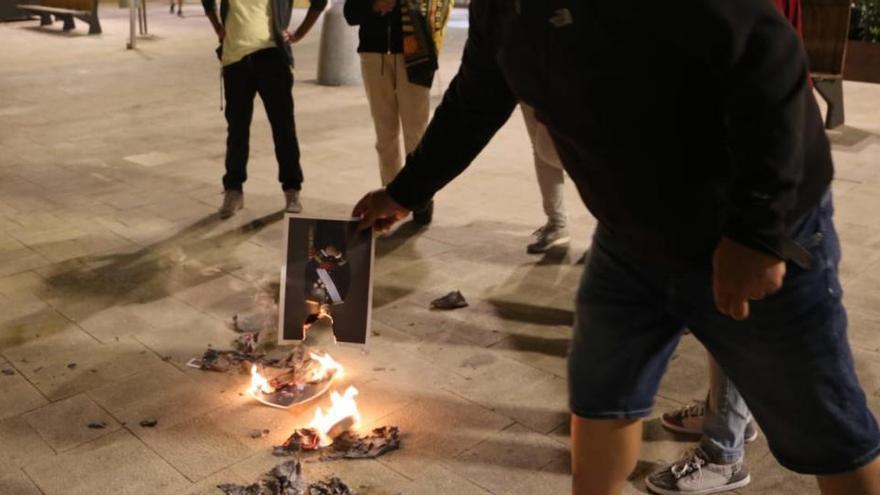 Municipis de l'Alt Empordà cremen fotos del rei contra la monarquia