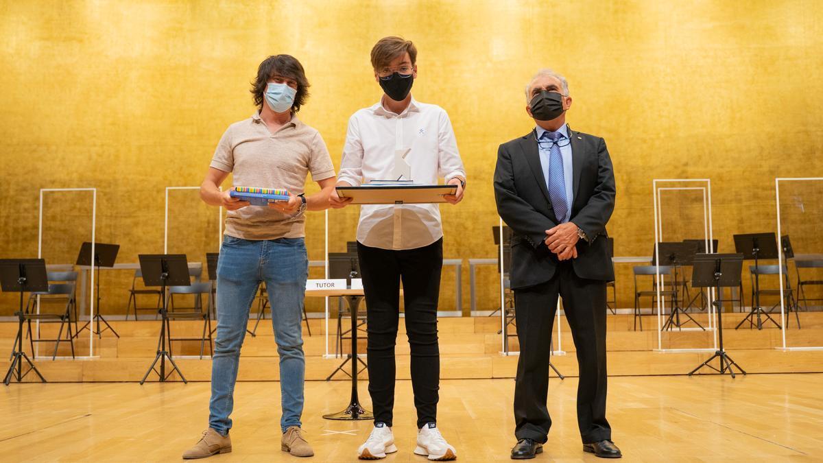 El ganador del primer premio, Antonio Guill, con su tutor, Ignacio Yarza Gómez, y José Antonio López Vizcaíno.