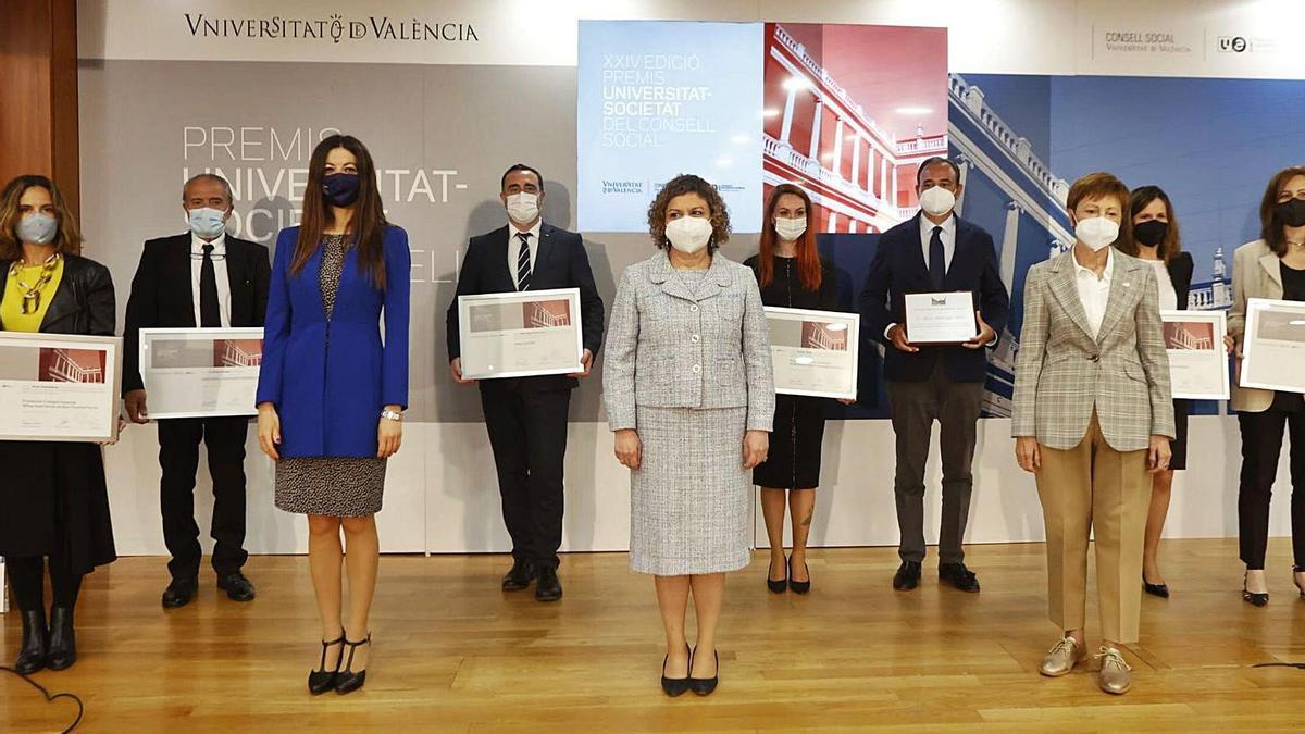 Los premiados con Carolina Pascual, Mª EmiliaArán y Mavi Mestre.