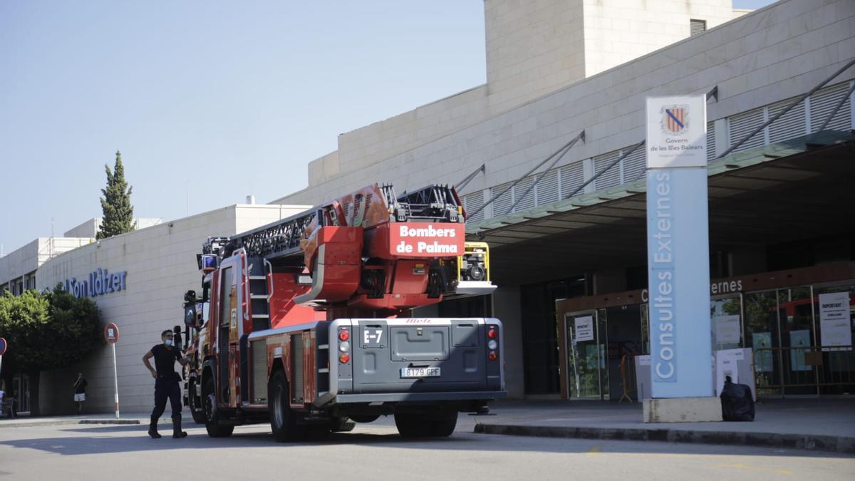 Un camión de bomberos, hoy en el hospital Son Llàtzer