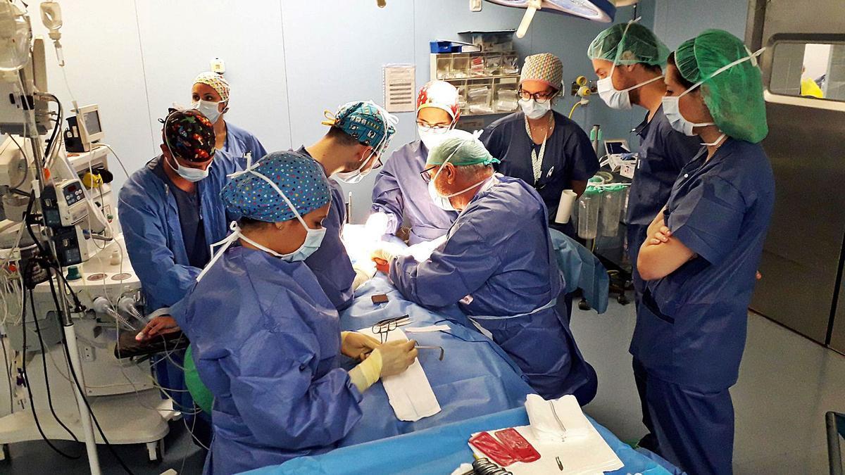Imagen de archivo de una intervención en un quirófano del Hospital de la Ribera.
