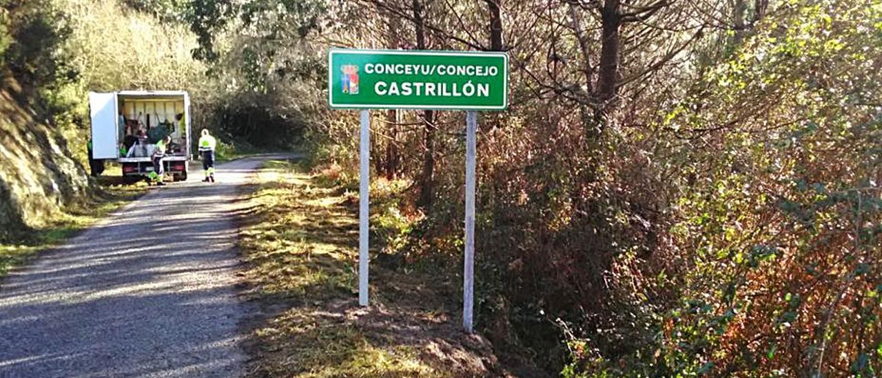 Señal instalada en Pulide en el límite con el concejo de Candamo.