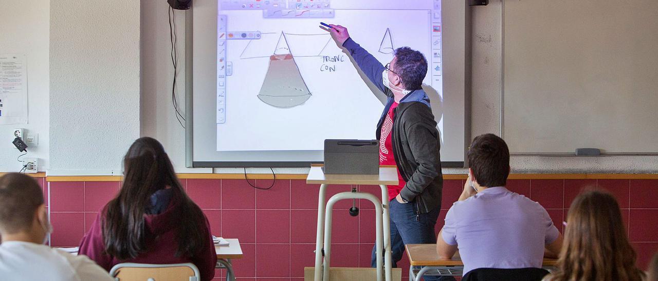 Una clase de Matemáticas en uno de los institutos de la provincia. | JOSE NAVARRO