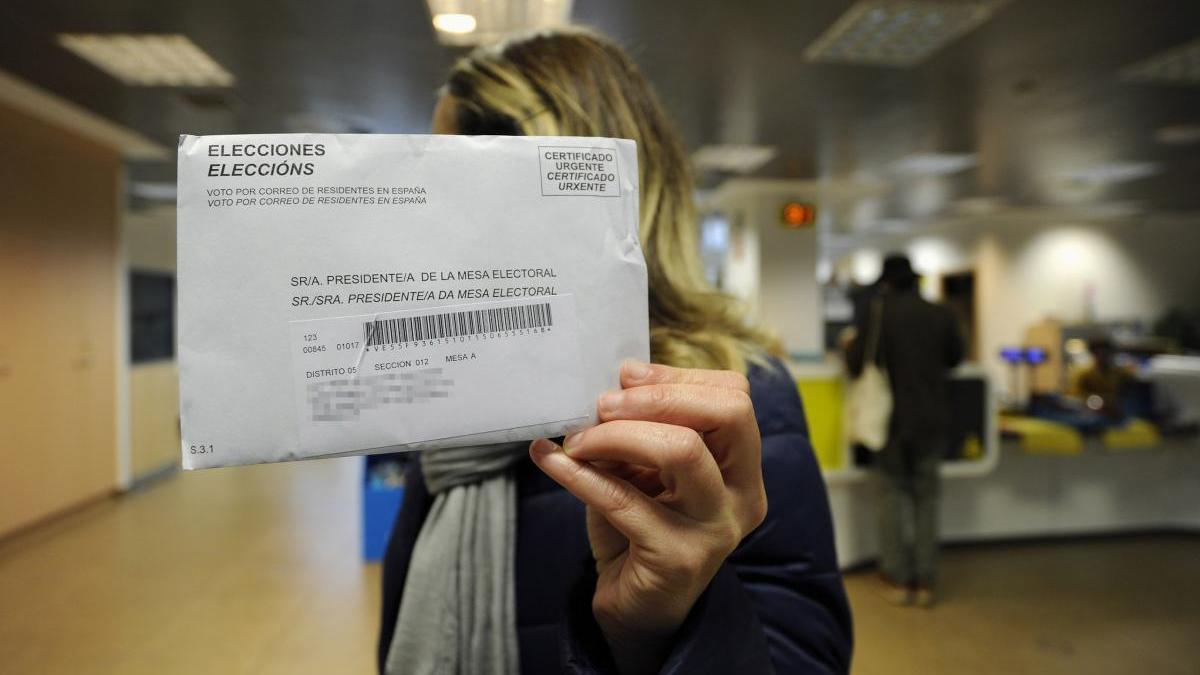 Una mujer enseña su voto por correo en las pasadas elecciones generales. // Bernabé/Javier Lalín
