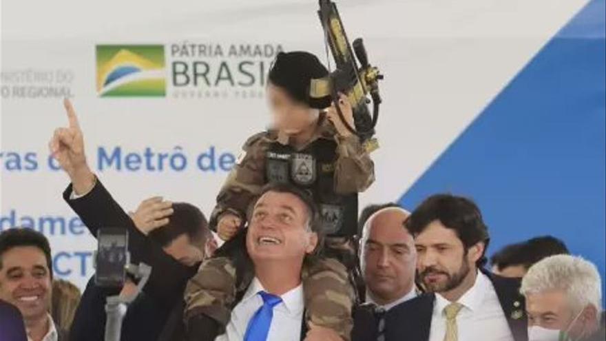La ONU condena a Bolsonaro por usar en un acto a un niño vestido de militar con una metralleta de juguete