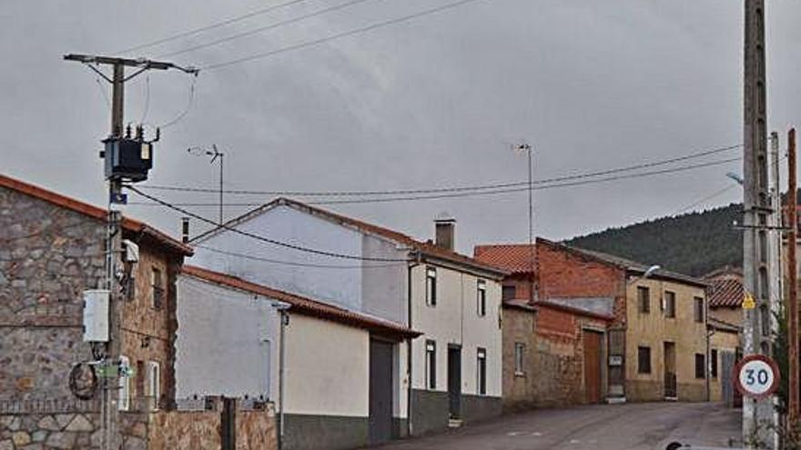 Una de las calles de Otero de Bodas que sufre desde hace días problemas de telefonía.