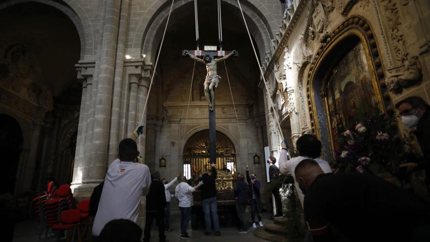 GALERÍA   La cofradía del Silencio baja al Cristo de las Injurias de Zamora