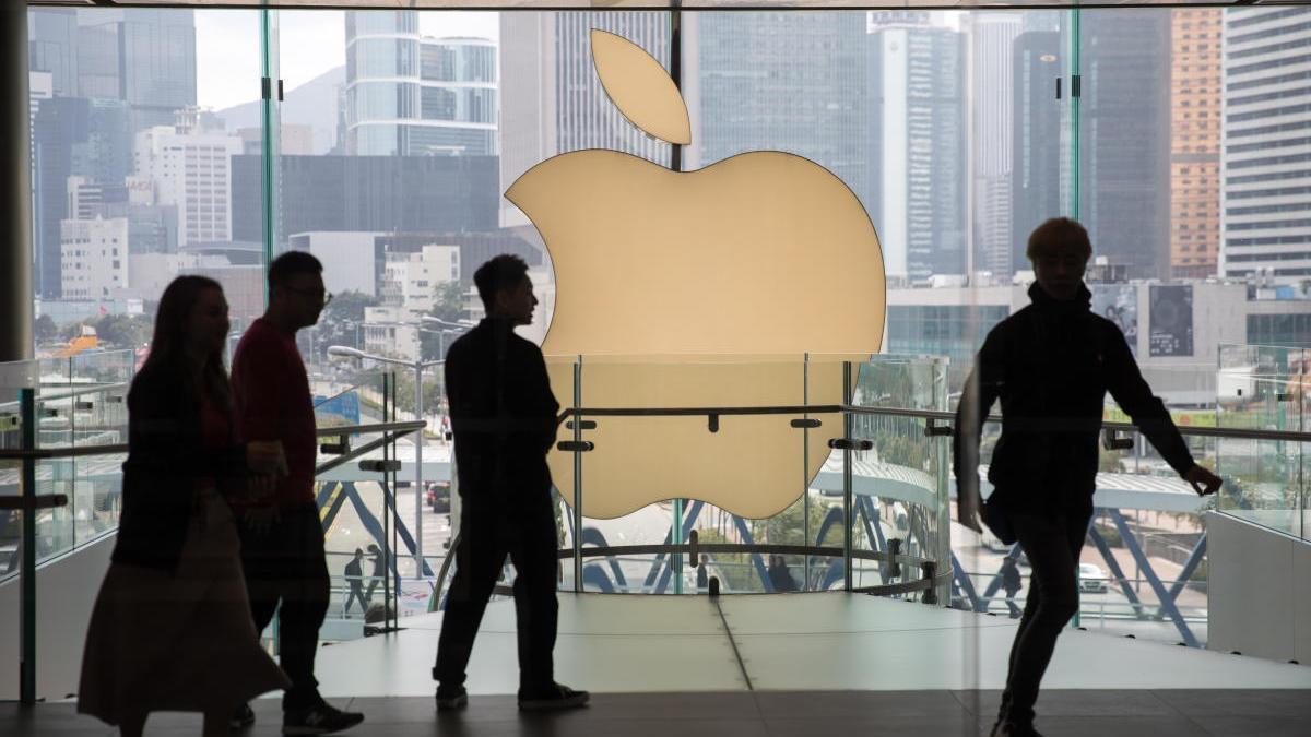 Varias personas en una tienda de Apple en Hong Kong.