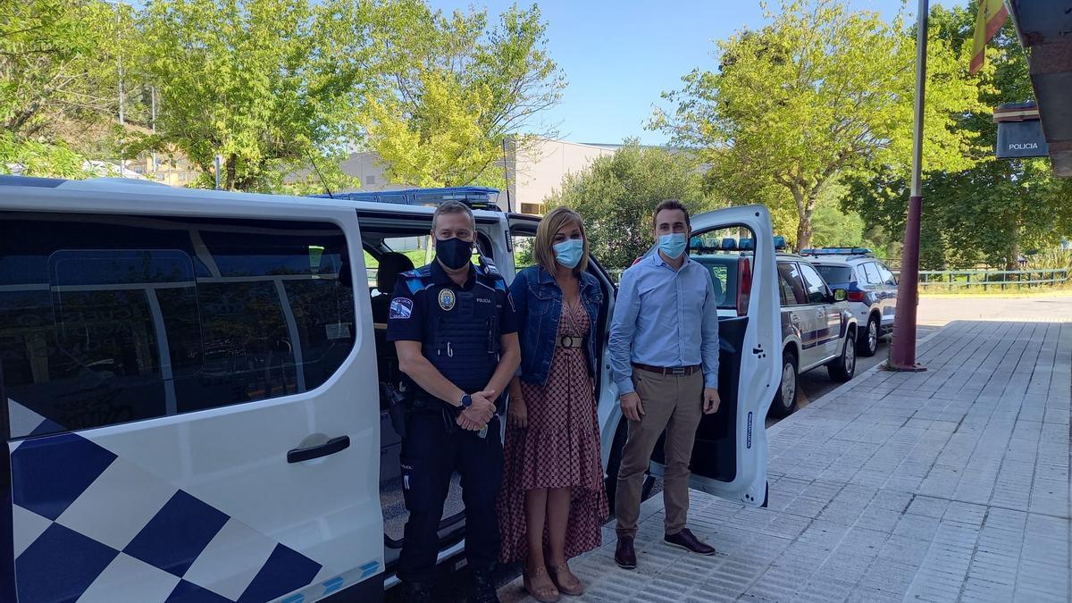 La alcaldesa Digna Rivas con el jefe de la Policía Local durante la recepción del vehículo.
