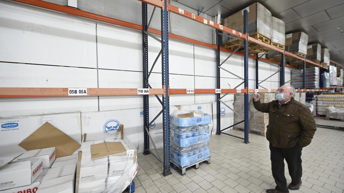 Santiago Miralles, al frente del Banco de Alimentos de Castellón, muestra los cada vez más numerosos estantes vacíos en el almacén central.