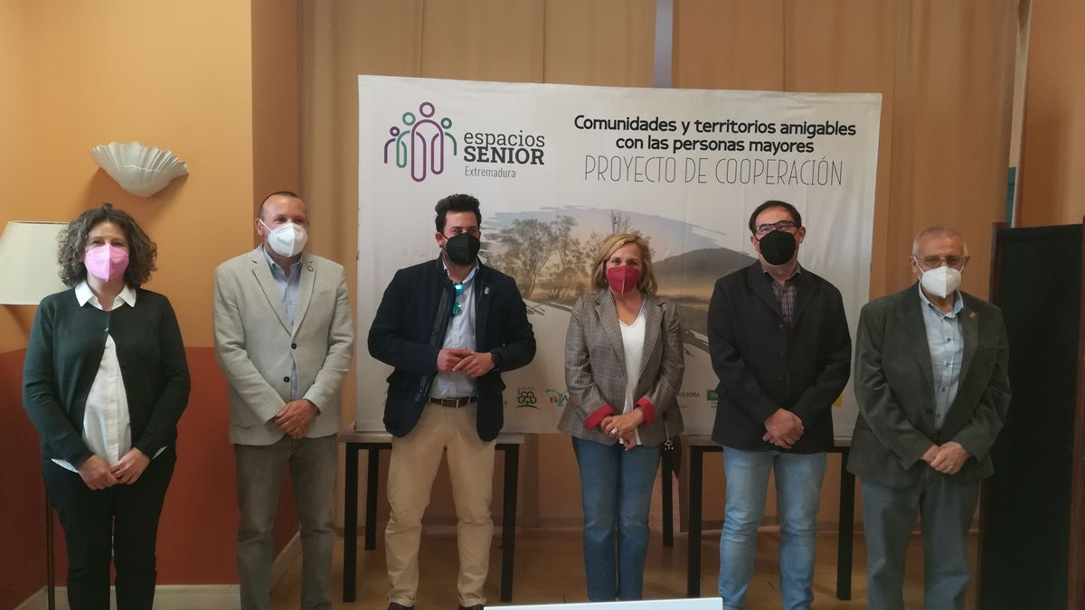 Máximos representantes de cada uno de los seis grupos de acción local de la región, ayer, en Coria.