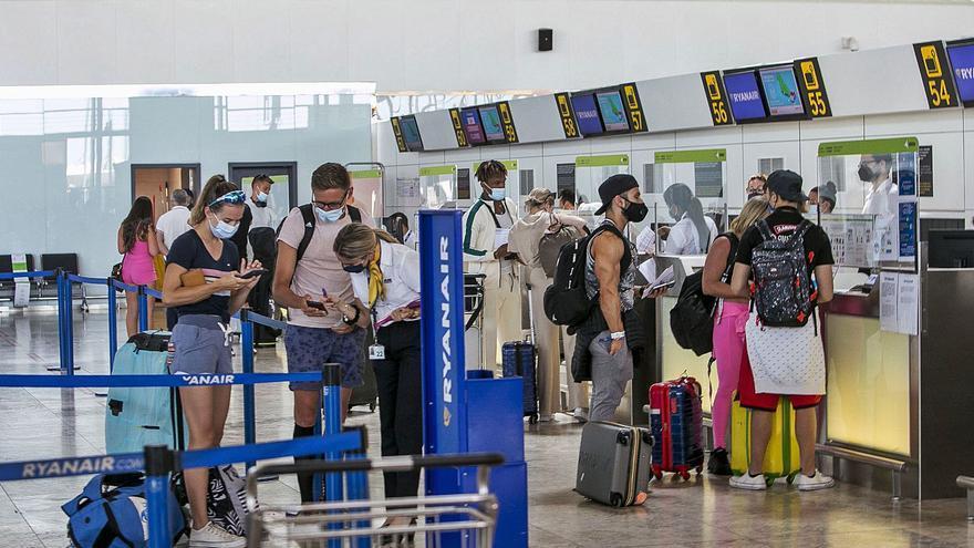 El aeropuerto atiende a 6.000 turistas en el primer día de reapertura de fronteras