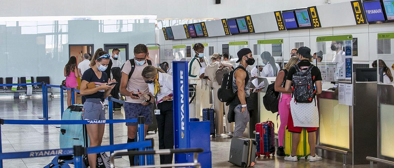 Unos doce mil viajeros pasaron ayer por la terminal del aeropuerto, una buena cifra al tratarse, además, de un lunes.   HÉCTOR FUENTES