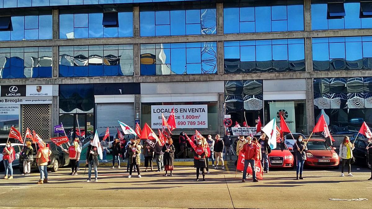 Trabajadores en una protesta ayer ante la sede de Teleperformance, en A Grela.   | // L.O.