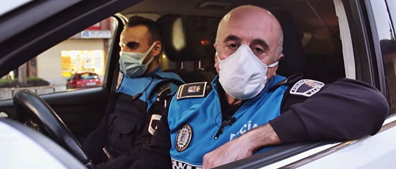 El agente José Antonio Fernández, junto a su compañero Javier Cartelle. | R. A. I.