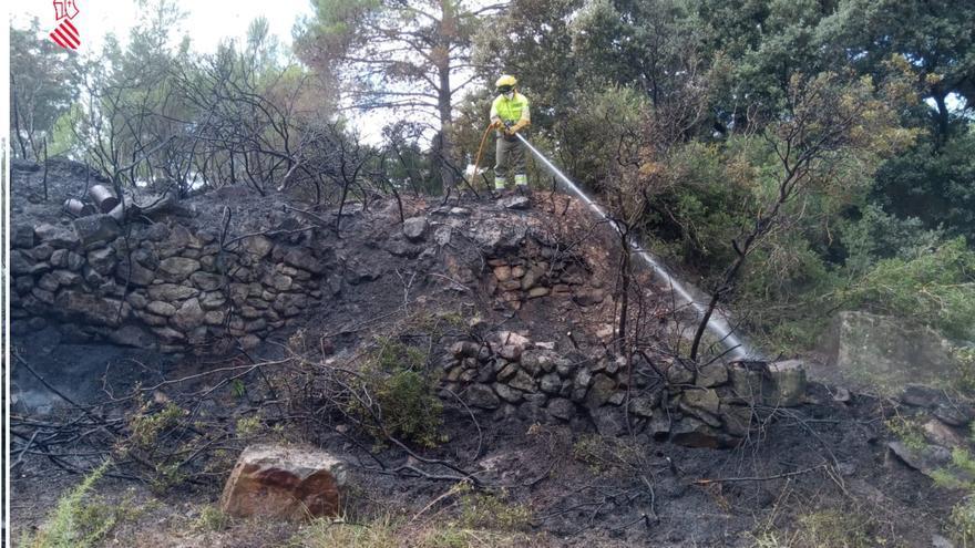 Incendio forestal en Vilafranca en plena ola de calor
