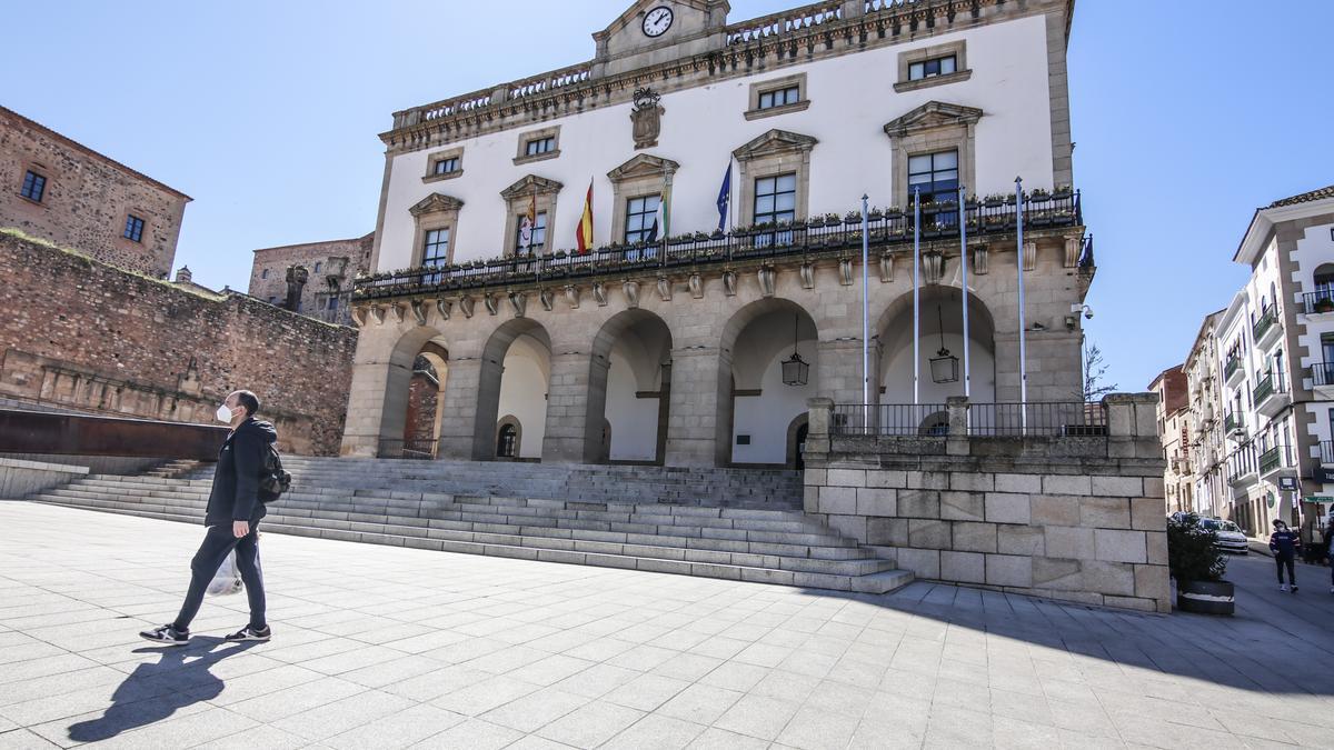 Fachada principal del Ayuntamiento de Cáceres.