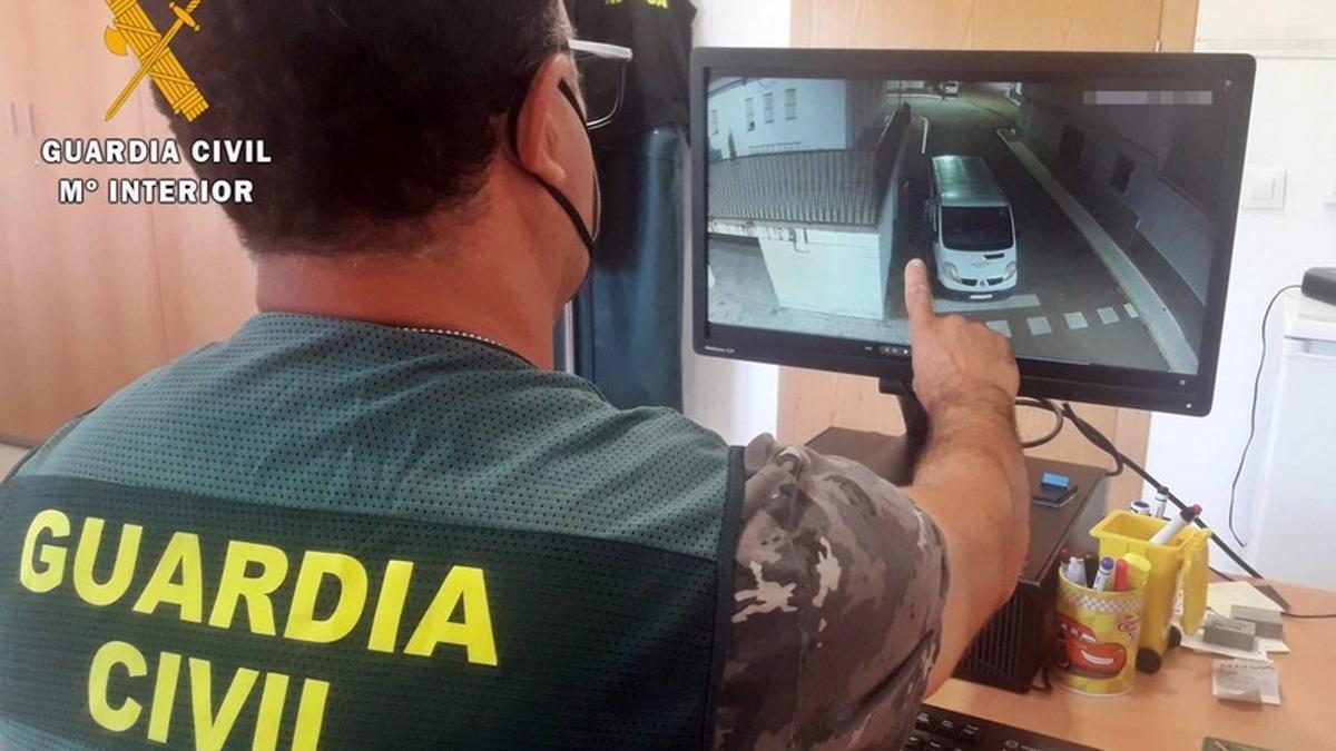 Un agente de la Guardia Civil revisa las imágenes de los robos.
