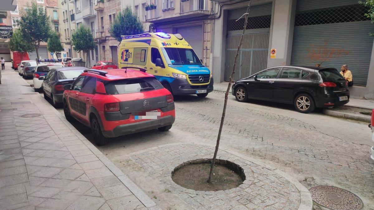 Ambulancia en la calle Murillo, donde vivía el hombre encontrado muerto.