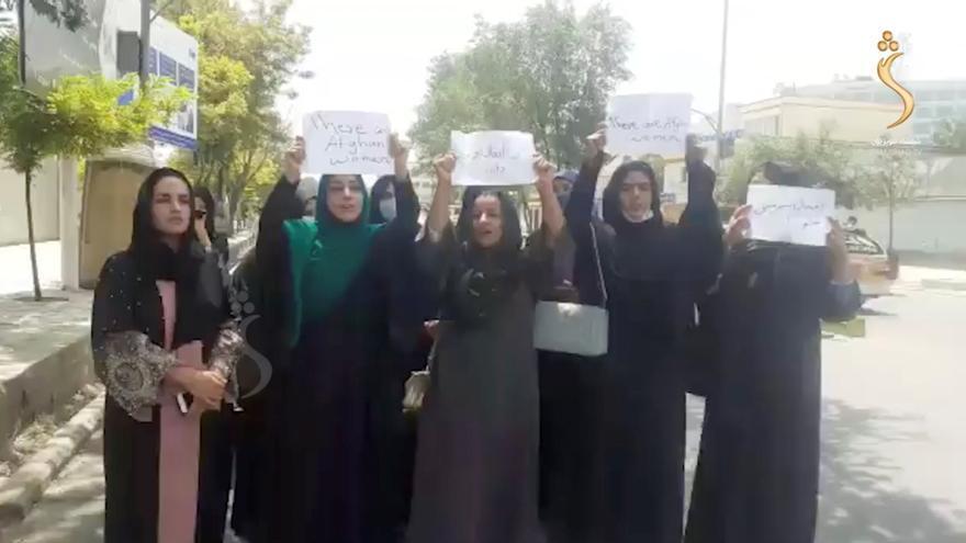 Un grupo de mujeres protesta en las calles de Kabul tras la llegada de los talibanes